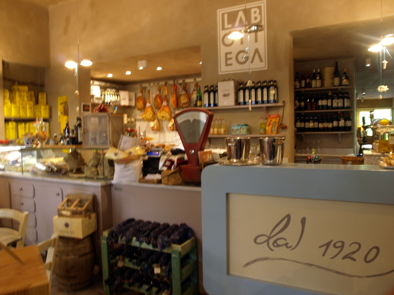 La Bottega in Pietrasanta: salami, wine and photography